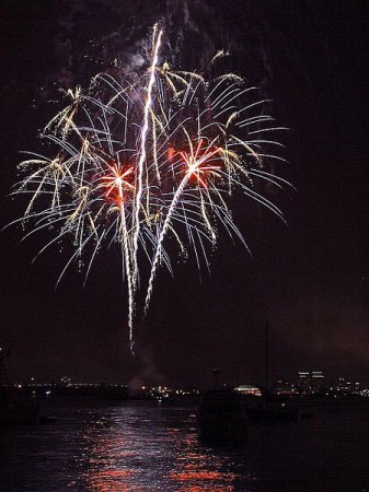 450px-Fireworks_over_San_Diego_bay_on_the_fourth_of_july